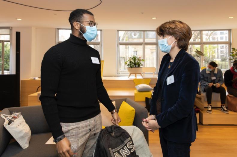 Assisteal Paris en partenariat avec l'entreprise Korian enseigne et forme 19 apprentis au difficile métier d'aide-soignant.